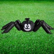 Riesen-Rasen-Spinne als Laubsammler
